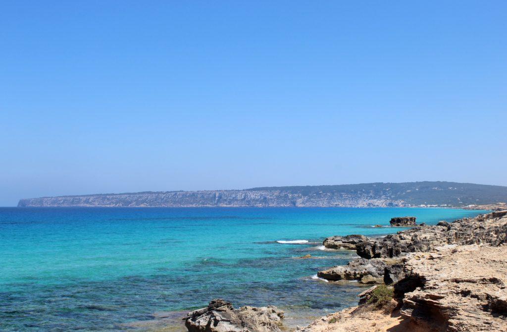 Cala Saona con su agua transparente y turquesa. Lugar de encanto