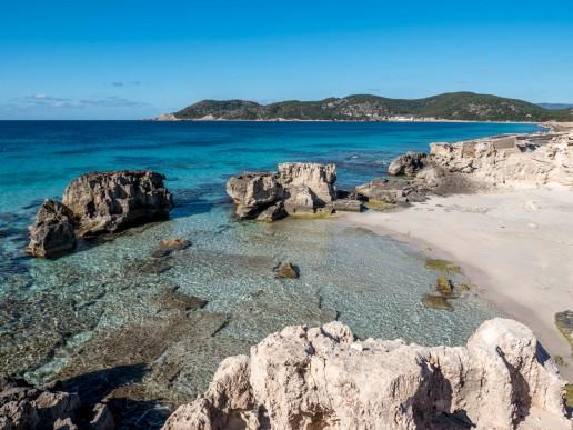 Playas de Las Salinas en Ibiza Con su aguas azul y sus rocas.