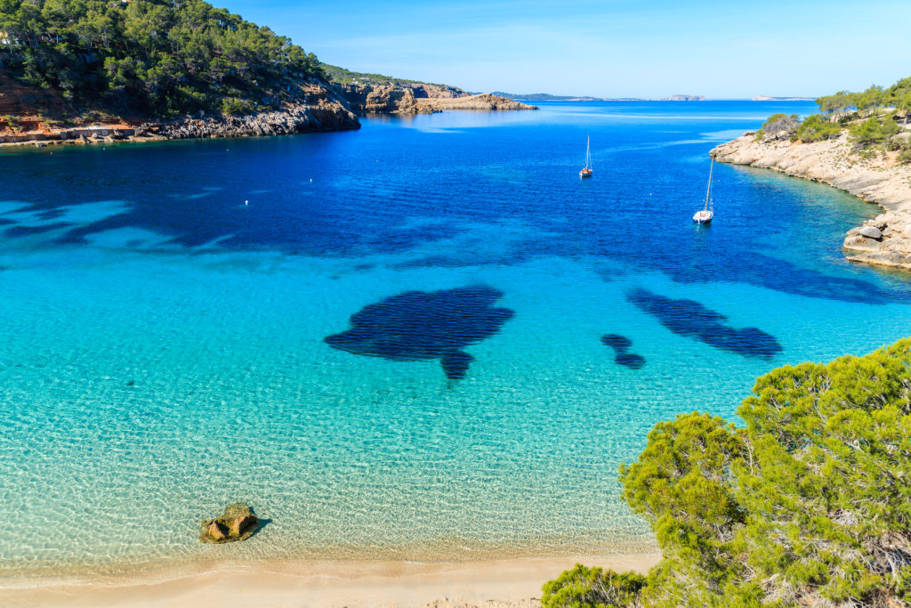 Cala Salada en Ibiza con sus aguas turquesas
