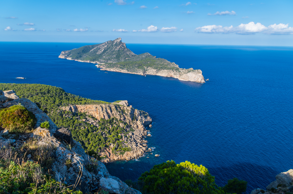 Hermosa isla Sa Dragonera desde las montañas de la Tramuntana, Mallorca, España