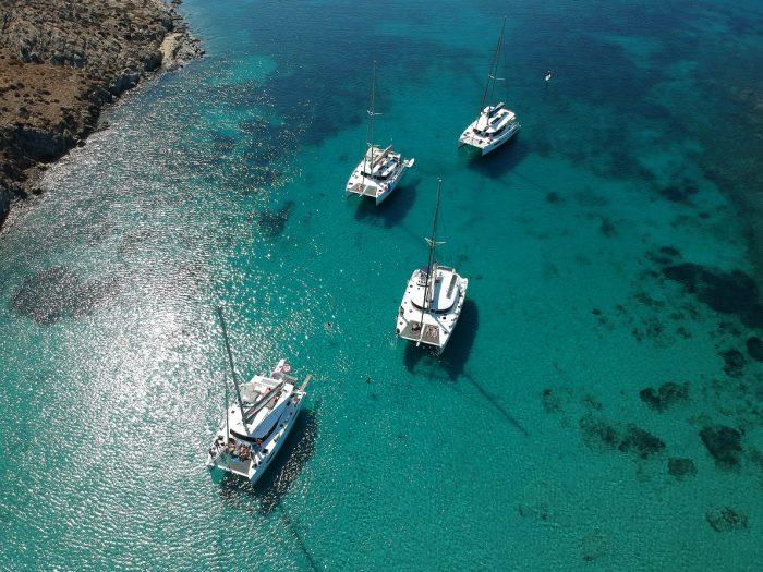 Catamaranes fondeando en una cala