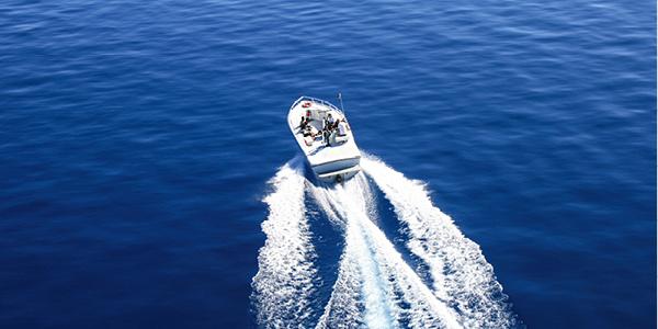 Barco a motor navegando a toda potencia.