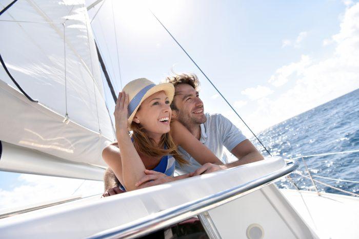 Pareja contenta en un barco