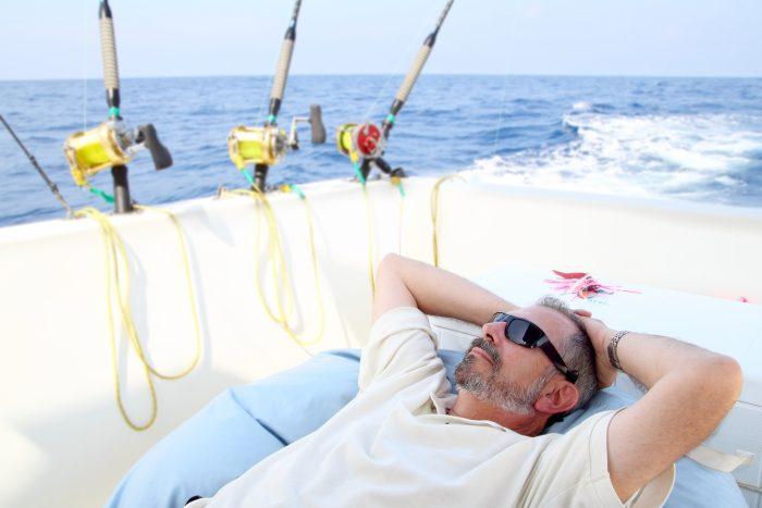 Hombre haciendo una siesta a bordo de un barco