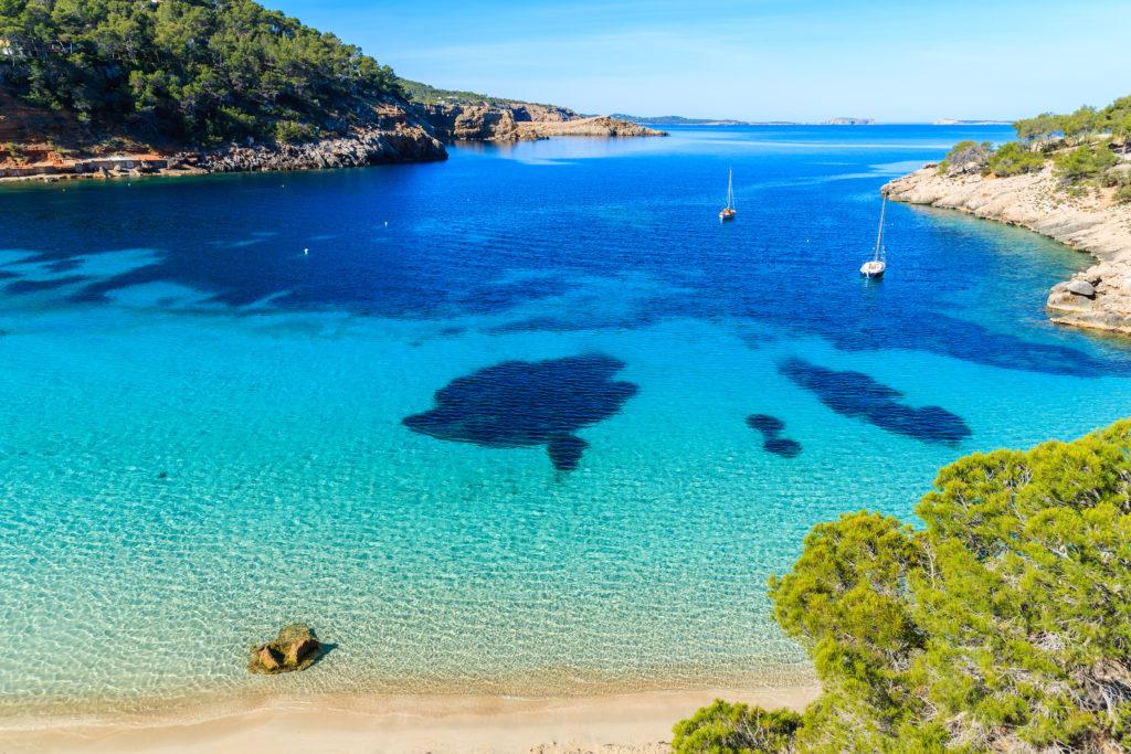 Cala Salada en las Islas Baleares y sus aguas turquesas.