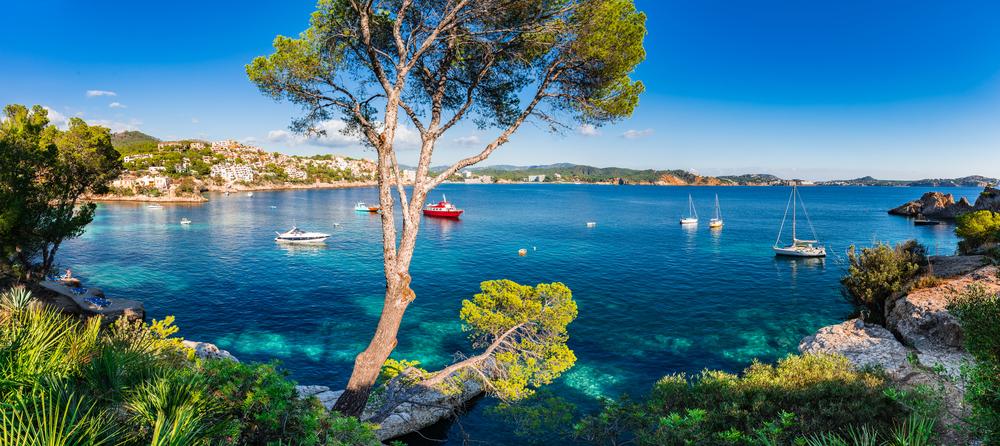 Cala Fornells en Mallorca con barcos