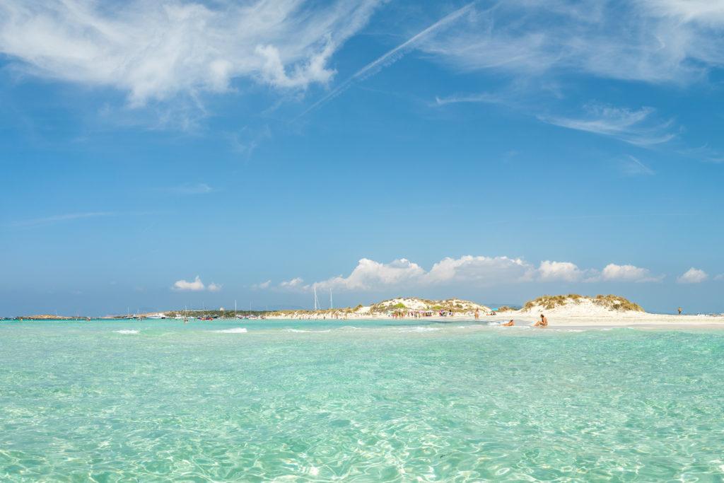 La isla de Espalmador en Foementera y sus aguas transparentes