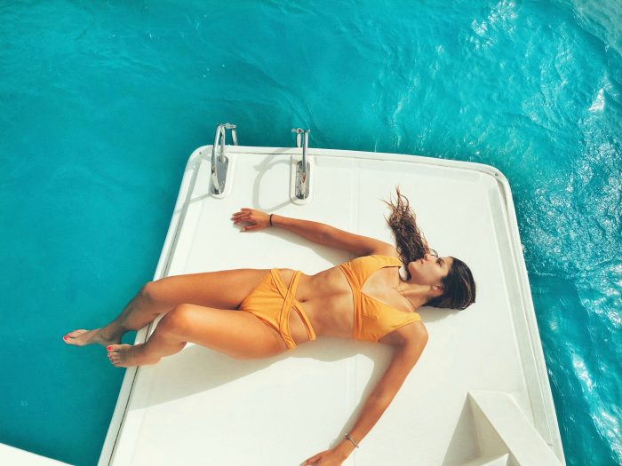 Mujet tomando el sol en un barco