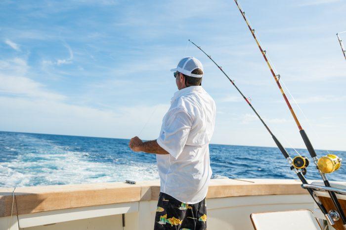 Hombre a bordo pescando