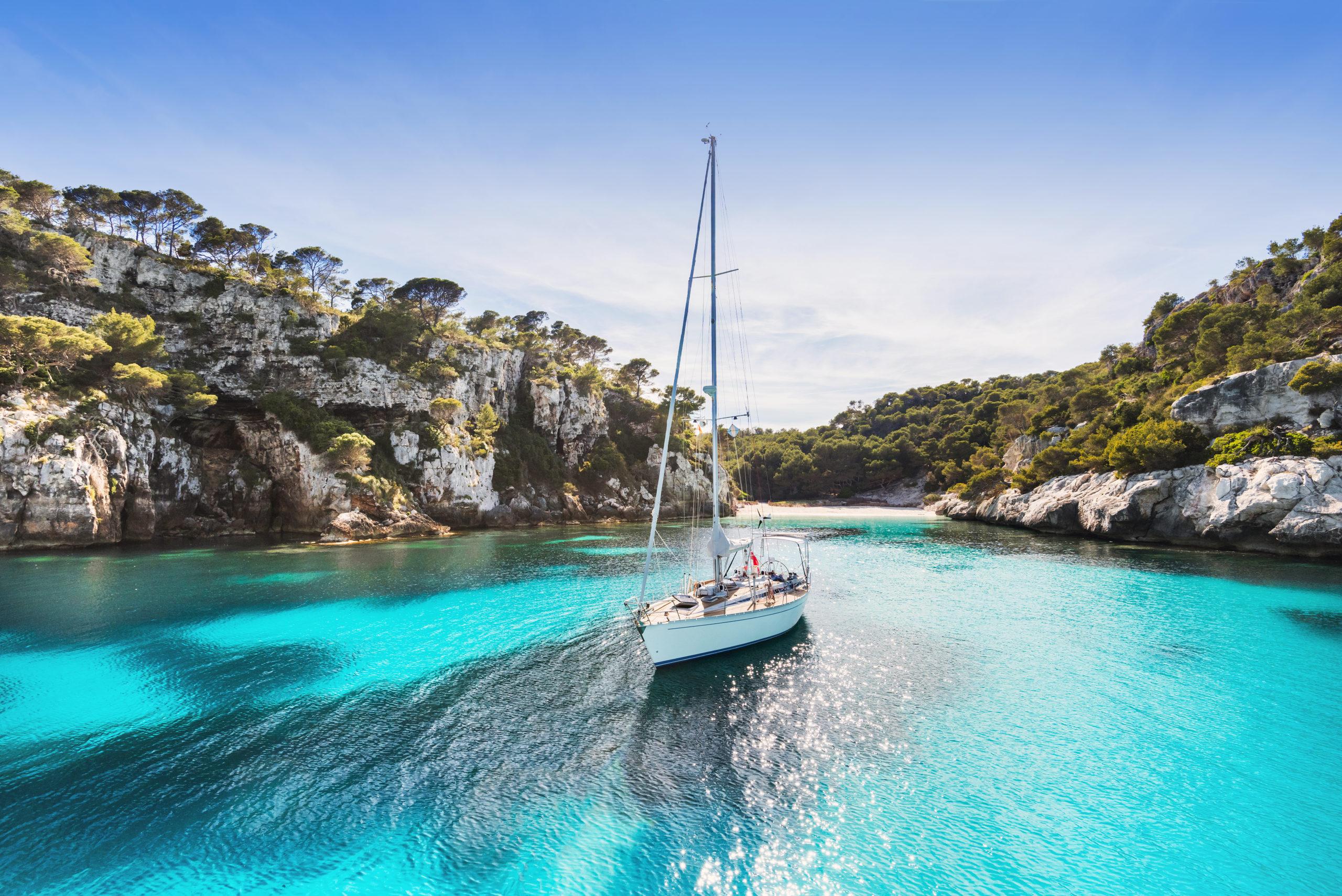 Velero en las aguas de Menorca