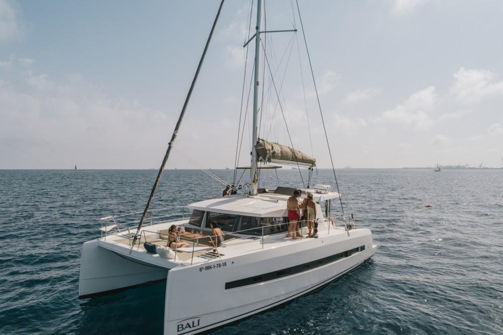 Grupo de amigo a bordo de un catamarán