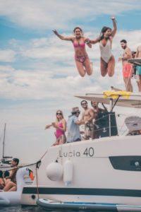 Grupo de amigos saltando de un barco
